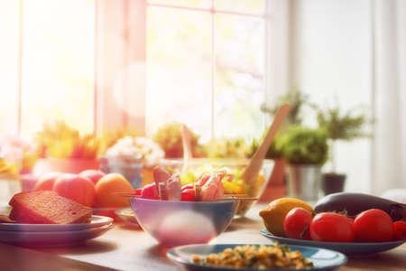 alimentation équilibrée, la cuisine, concept culinaire et de la nourriture. la nourriture pour un dîner en famille sur une table en bois dans la salle à manger. Banque d'images