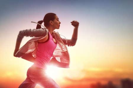 自然の中で実行している運動の若い女性。健康的なライフ スタイル。