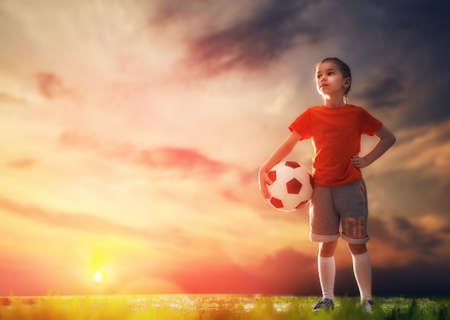 Jolie petite rêve de devenir un joueur de football de l'enfant. Enfant joue au football. Banque d'images - 59181627