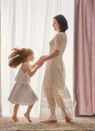 Felice famiglia amorevole. Madre e figlia bambina giocare e ballare insieme