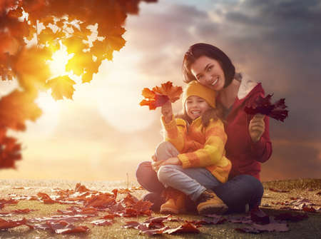 Mutter und ihr Kind Mädchen spielen zusammen auf Herbst Spaziergang in der Natur im Freien. Glückliche liebevolle Familie, die Spaß. Standard-Bild - 62011693