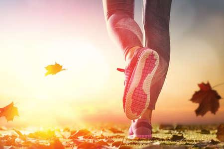 라이프 스타일: 운동 선수의 발자취 자연 야외에서 가을 거리에 근접. 건강한 생활 및 스포츠 개념.
