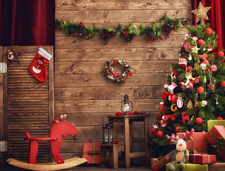 Schöne Ferien! Ein schönes Wohnzimmer dekoriert für Weihnachten.