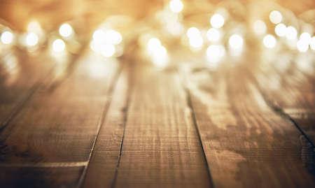 Luces de Navidad guirnalda en fondo rústico de madera