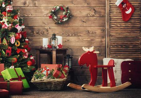 Frohe Weihnachten und frohe Feiertage! Ein schönes Wohnzimmer dekoriert für Weihnachten.
