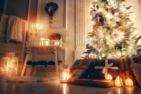 メリー クリスマスとハッピー ホリデー!クリスマスに飾られた美しいリビング ルーム。 写真素材