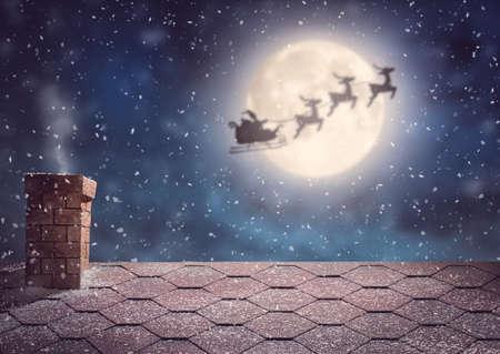 Joyeux Noël et bonnes vacances! Père Noël volant dans son traîneau sur fond de ciel de lune. Concept d'histoire de Noël.