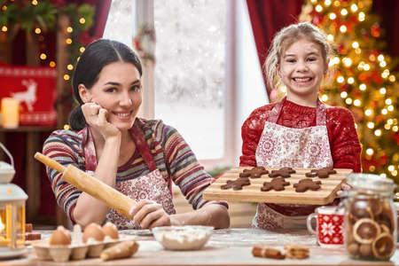 Joyeux Noël et bonnes fêtes. Famille préparation vacances nourriture. Mère et fille de cuisson des biscuits de Noël. Banque d'images - 65951289