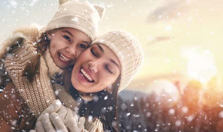 Glückliche liebevolle Familie! Mutter und Kind Mädchen Spaß haben, spielen und auf verschneiten Winterwanderung in der Natur zu lachen. Frost Wintersaison.