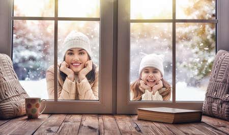 행복한 사랑하는 가족! 엄마와 아기 소녀 재미, 재생 및 눈 덮인 겨울에 웃으면 서 자연 산책. 프 로스트 겨울입니다. 자식 및 엄마 야외에서 서 창에서