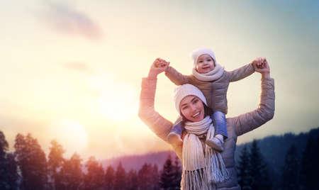 Felice famiglia amorevole! Madre e bambino ragazza divertirsi, giocare e ridere sulla camminata di inverno nevoso in natura. Gelo stagione invernale. Archivio Fotografico - 67816787
