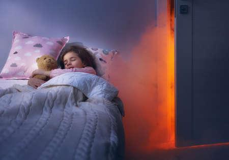 Nachtmerrie voor kinderen. Klein kind meisje is bang voor monsters in het donker van de nacht.