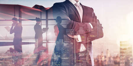 日没で街のスカイラインを見てスーパー ヒーローの実業家。成功、リーダーシップとビジネスの勝利の概念。 写真素材