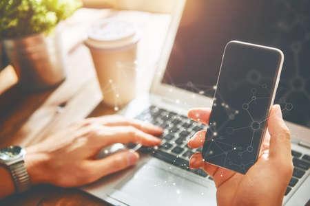 남자는 전화를 사용하고 있습니다. 젊은 사람들의 개념은 모바일 장치, 온라인 쇼핑과 함께 노력하고 있습니다. 닫다.