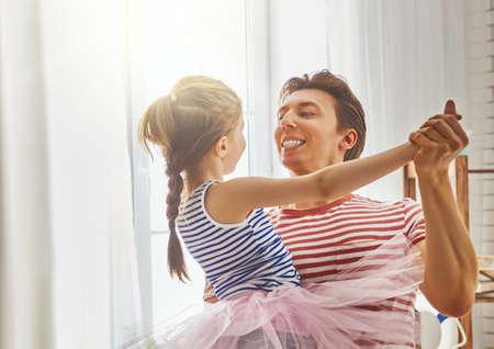 해피 아버지의 날! 아빠와 그의 딸 자식 소녀 재생, 웃 고 춤. 가족 휴가 및 공생.