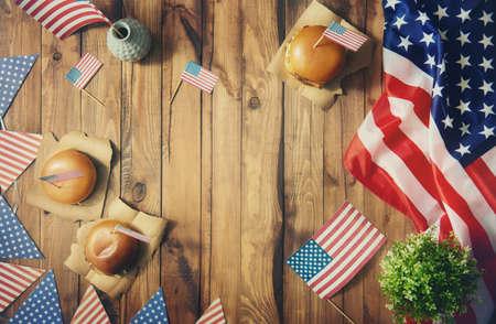 julio: Vacaciones patrióticas. Los EEUU son el 4 de julio. Vista superior con la bandera americana sobre la mesa. Foto de archivo