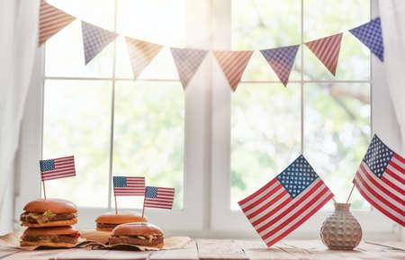 애국적인 휴일. 미국은 7 월 4 일을 축하합니다. 테이블에 미국 국기와 상위 뷰입니다.