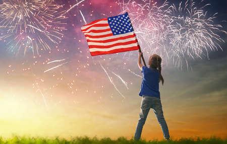 feriado patriótico. Miúdo feliz, menina criança pequena bonito com a bandeira americana. EUA comemoram 4 de julho.