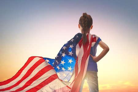 애국적인 휴일. 행복 한 아이, 미국 국기와 귀여운 작은 아이 소녀. 미국은 7 월 4 일을 축하합니다.