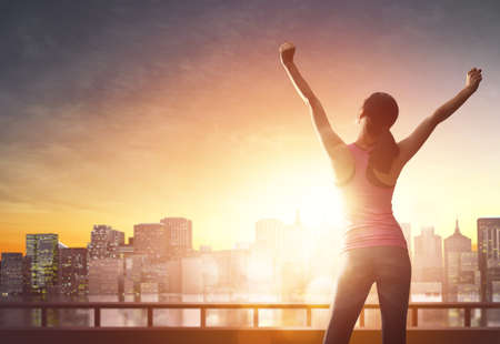 체육 젊은 여자는 도시 풍경 배경에서 실행됩니다. 건강한 생활.