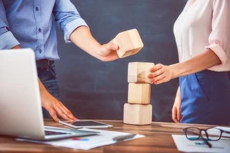 Twee zakenpersonen plannen een project. Team werk in kantoor.