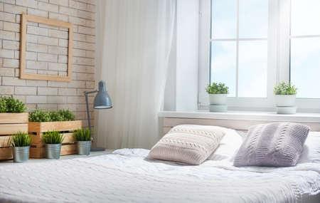 밝은 색상의 침실. 우아한 클래식 룸에서 넓은 편안한 더블 침대.