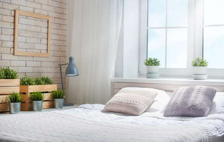 Chambre dans des lignes vives . grand lit élégant dans une pièce classique classique Banque d'images - 83258792