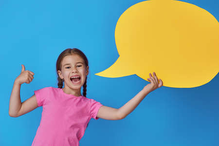 화려한 배경에 만화 음성과 함께 귀여운 작은 아이 소녀. 노란색, 분홍색 및 파랑 색상입니다.