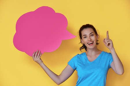 Mooie jonge vrouw met cartoon gedacht op kleurrijke achtergrond. Gele, roze en blauwe kleuren.