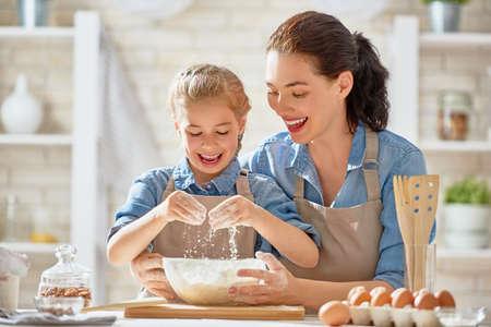 행복 한 사랑의 가족 빵집을 함께 준비하고있다. 어머니와 아이 딸 소녀 쿠키를 요리 하 고 부엌에서 재미 있습니다. 수제 음식과 작은 도우미.
