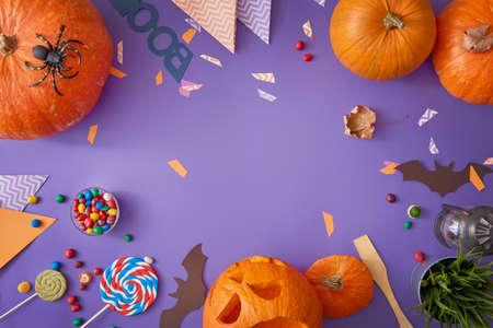 Fijne Halloween! Carving Pompoen, snoep, papieren vleermuizen op de tafel in het huis. Voorbereiden voor vakantie.