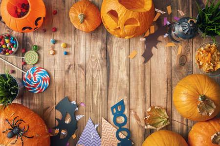 楽しいハロウィンをお過ごし下さい!カボチャ、お菓子、紙バット家のテーブルの上の彫刻。休日のための準備。 写真素材