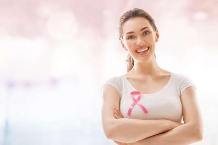 유방암 인식을위한 핑크 리본. 종양에 걸린 환자를 지원하십시오.