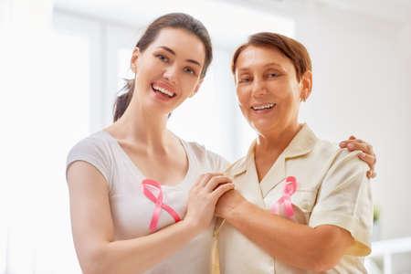 Roze lint voor de voorlichting van borstkanker. Steun mensen die met tumorziekte leven.