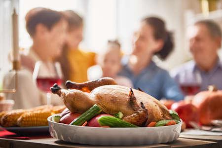 행복한 추수 감사절! 가을 축제. 테이블에 앉아 하 고 휴일을 축 하하는 가족. 조부모, 부모 및 자녀. 전통적인 저녁 식사. 스톡 콘텐츠 - 87845516