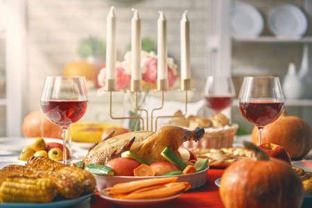 행복한 추수 감사절! 가을 축제. 가족 전통 저녁 식사. 음식 개념입니다. 휴일을 축하하십시오.