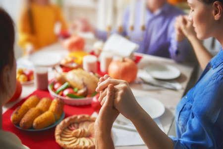 Joyeux jour de Thanksgiving! Fête d'automne. Famille assis à la table et célébrant les vacances. Grands-parents, parents et enfants. Dîner traditionnel Banque d'images