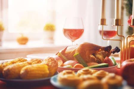 Feliz día de acción de gracias! Fiesta de otoño Cena familiar tradicional. Concepto de comida Celebra las vacaciones. Foto de archivo - 88371676