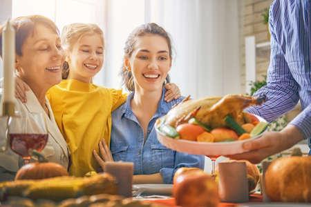 Felice giorno del Ringraziamento! Festa d'autunno Famiglia seduto al tavolo e festeggiare le vacanze. Nonni, genitori e figli. Cena tradizionale Archivio Fotografico - 89098059