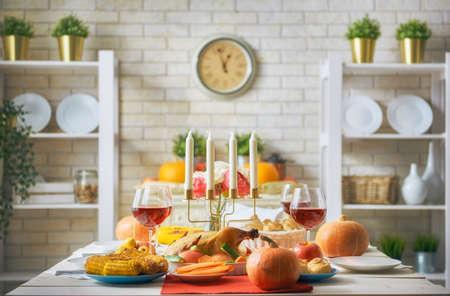 Glücklicher Erntedank-Tag! Herbstfest. Familien traditionelles Abendessen. Lebensmittelkonzept. Feiern Sie Feiertage. Standard-Bild
