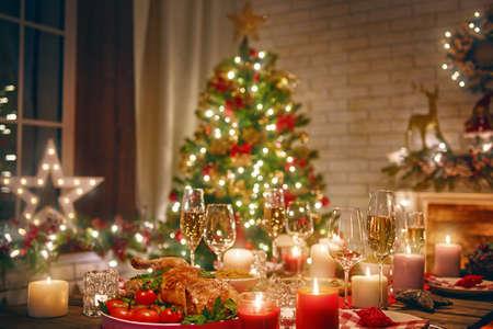Buon Natale e Felice Anno nuovo! Un bel soggiorno decorato per le vacanze. Tabella servita per la cena. Archivio Fotografico - 89630610