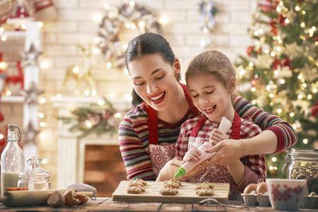 Wesołych Świąt i Wesołych Świąt. Przygotowanie rodzinne jedzenie wakacje. Matka i córka gotowania ciasteczek. Zdjęcie Seryjne