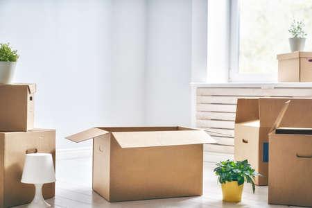 Cardboard boxes in empty new apartment. Foto de archivo