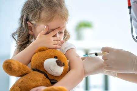 Un médecin faisant une vaccination à un enfant Banque d'images