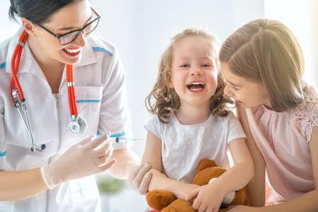 Ein Arzt, der ein Kind impft Standard-Bild