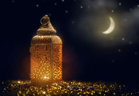 Ornamental Arabic lantern with burning candle glowing at night. Festive greeting card, invitation for Muslim holy month Ramadan Kareem. 版權商用圖片 - 119476666