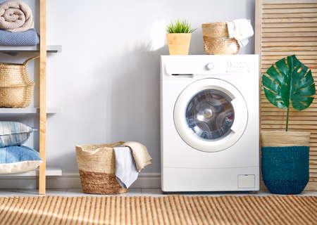 Interieur van een echte wasruimte met een wasmachine thuis