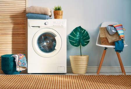 Wnętrze prawdziwej pralni z pralką w domu Zdjęcie Seryjne