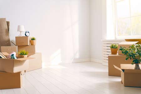 Cajas de cartón en apartamento nuevo vacío.