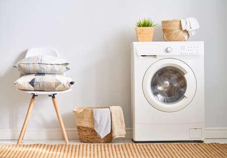 Interior de un verdadero lavadero con lavadora en casa Foto de archivo